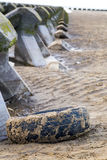 Vieux pneu sur une plage Images stock