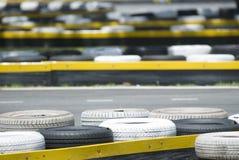 Vieux pneus à une piste de chemin photos libres de droits