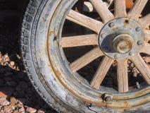 Vieux pneus avec des transitoires de roues en métal dans le désert en Arizona dans une ville abandonnée d'exploitation de fantôme photographie stock libre de droits
