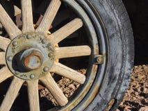 Vieux pneus avec des transitoires de roues en métal dans le désert en Arizona dans une ville abandonnée d'exploitation de fantôme photos libres de droits
