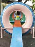 Vieux pneus avec la peinture colorée sur un terrain de jeu Image libre de droits