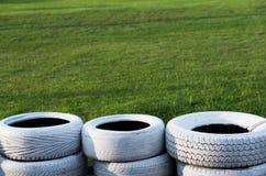 Vieux pneus blancs peints sur le champ de courses de kart image stock