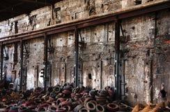 Vieux pneus dans le site de brownfield images stock