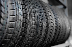 Vieux pneus de voiture utilisés à l'entrepôt Images stock
