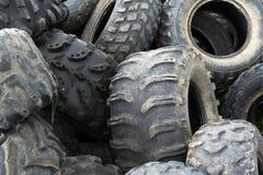 Vieux pneus industriels utilisés Photo stock