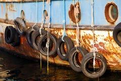 Vieux pneus sur le bateau Images stock