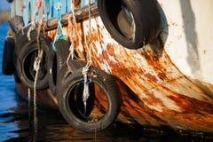 Vieux pneus sur le bateau Photos stock