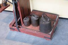 Vieux poids antiques en laiton avec une échelle industrielle Images libres de droits