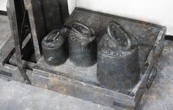 Vieux poids antiques en laiton avec une échelle industrielle Photographie stock