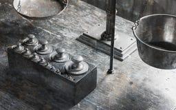 Vieux poids antiques en laiton avec une petite échelle Photos libres de droits