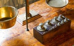 Vieux poids antiques en laiton avec une petite échelle Photographie stock
