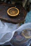 Vieux poids sur le poids de vintage, marché en plein air, Dublin photo stock