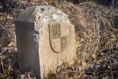 Vieux point de repère bavarois de pierre de frontière dans le pré Images libres de droits