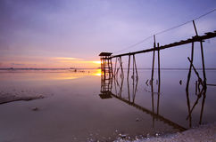 Vieux pont à la plage de jeram pendant le coucher du soleil Photographie stock libre de droits