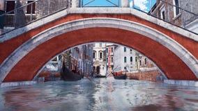 Vieux pont au-dessus de canal dans la vue d'angle faible de Venise illustration libre de droits