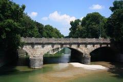 Vieux pont au-dessus de rivière photos stock