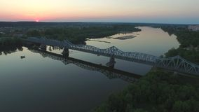 Vieux pont au-dessus du fleuve Vistule, coucher du soleil, 'de PuÅ awy, Pologne, 05 2017, longueur aérienne clips vidéos