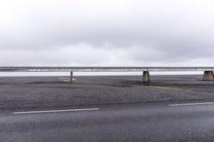 Vieux pont au-dessus du gisement de lave en Islande Image stock