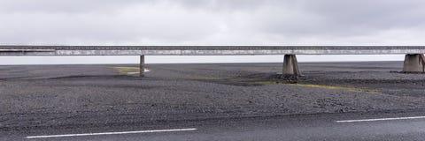 Vieux pont au-dessus du gisement de lave en Islande Images libres de droits