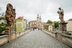 Vieux pont avec des pavés ronds et des sculptures des saints dans la vieille ville de la Bohême Images libres de droits