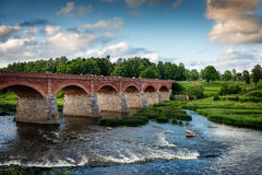 Vieux pont avec des voûtes au-dessus de la rivière Photo stock