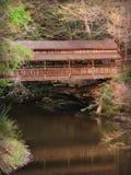 Vieux pont couvert en bois rustique photos stock