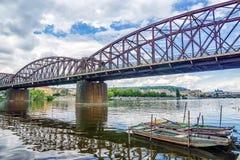 Vieux pont de chemin de fer au-dessus de la rivière de Vltava à Prague Photo stock