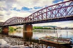 Vieux pont de chemin de fer au-dessus de la rivière de Vltava à Prague Image stock