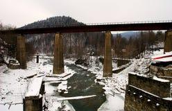 Vieux pont de chemin de fer au-dessus de la rivière rapide de montagne Photo stock