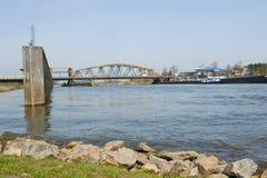 Vieux pont de chemin de fer d'IJssel et pont adjacent en route combiné photo stock