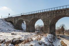 Vieux pont de chemin de fer en pierre, hiver Images libres de droits