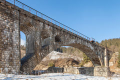Vieux pont de chemin de fer en pierre, hiver Photographie stock