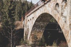 Vieux pont de chemin de fer en Europe de l'Est Oriental exprimez photographie stock libre de droits