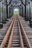Vieux pont de manière de rail, construction de manière de rail dans le pays, manière de voyage pour le voyage par chemin de fer à Photographie stock libre de droits