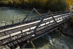Vieux pont de rondin au-dessus de rivière près de Haines Junction, le Yukon Images stock