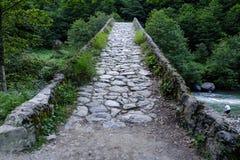 Vieux pont de voûte de pavé rond images stock