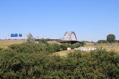 Vieux pont en acier de suspsension au-dessus de la rivière Lek chez Vianen pour la route A2 aux Pays-Bas Photographie stock