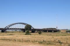 Vieux pont en acier de suspsension au-dessus de la rivière Lek chez Vianen pour la route A2 aux Pays-Bas Photos libres de droits
