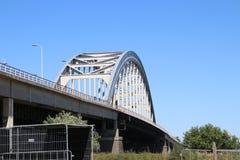 Vieux pont en acier de suspsension au-dessus de la rivière Lek chez Vianen pour la route A2 aux Pays-Bas images libres de droits