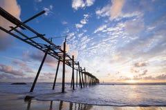 Vieux pont en bois à la plage de Natai avec le beau ciel Image stock