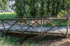 Vieux pont en bois au-dessus d'une peu de crique au Portugal image stock