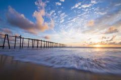 Vieux pont en bois en plage de Natai avec le beau ciel au crépuscule Image libre de droits