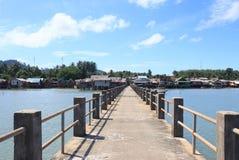 Vieux pont en bois et concret pour accoupler la destination tranquille de mer de jetée photographie stock