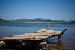 Vieux pont en bois sur le bord de la mer Photo stock