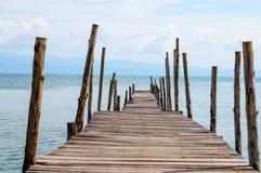 Vieux pont en bois vers la mer images libres de droits