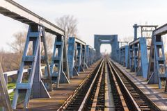 Vieux pont en chemin de fer de fer dans la zone rurale éloignée en Europe Photos stock