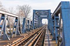 Vieux pont en chemin de fer de fer dans la zone rurale éloignée en Europe Images stock