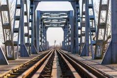 Vieux pont en chemin de fer de fer dans la zone rurale éloignée en Europe Photos libres de droits