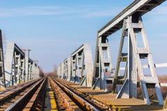 Vieux pont en chemin de fer de fer dans la zone rurale éloignée en Europe Images libres de droits