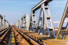 Vieux pont en chemin de fer de fer dans la zone rurale éloignée en Europe Image stock